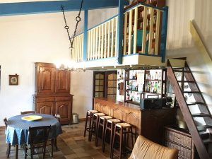 Salon donnant sur la terrasse, bar, mezzanine, TV...