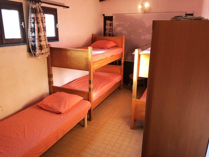 Chambre 4 - Dortoir avec deux armoires de rangement - 2 lits superposés en 90 et lit simple en 90 - Climatisation réversible