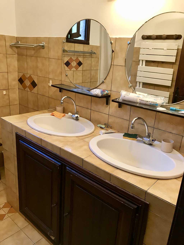 Salle De Bain 2 Vasques Avec Une Douche Et Seche Serviettes