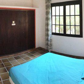 Chambre 2 - Chambre double côté entrée avec placards de rangement lit en 140