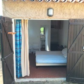 Chambre 5 - Chambre double extérieure avec placards de rangement, salle de bain et WC - Lit double en 160 - Ventilateur de plafond